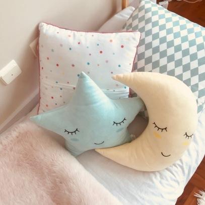 almofada losangos- Little Cloud/ almofada bolinhas e manta de pelo rosa- Zara home/ Almofada estrela e lua- Deborla